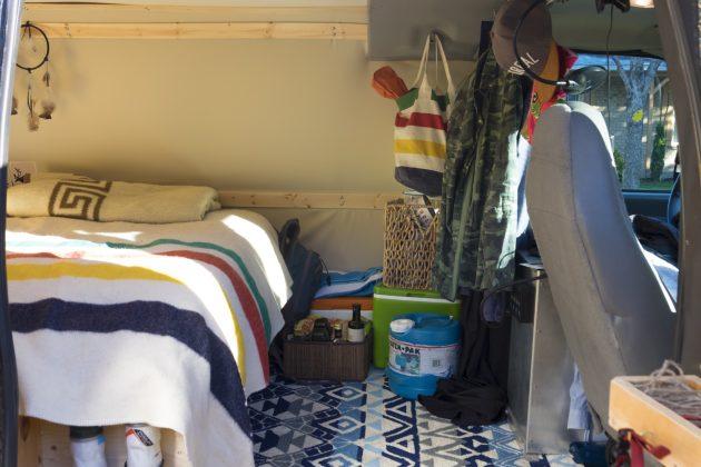 Petit habitacle bien pensé. Un panier de nourriture sèche et une glacière pour les produits laitiers, viandes et fruits & légumes.
