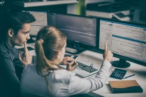 Intégrateur web en train d'expliquer son code à une autre personne