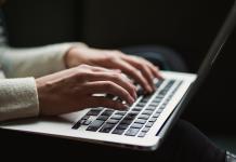 Une rédactrice en pleine création de rédaction publicitaire