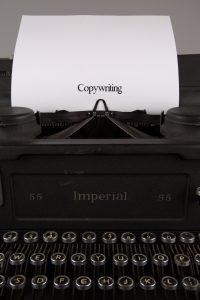 Rédaction publicitaire ou copywriting sur une machine à écrire