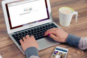 Une internaute effectue des recherches de publicités sur Google
